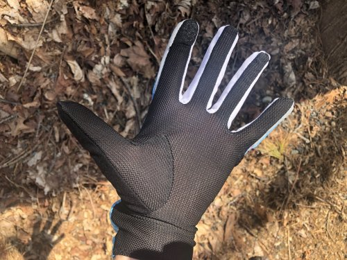 Mesh palms balance warmth and breathability.